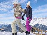 Action und Spaß im Schnee beim Rodeln für die ganze Familie